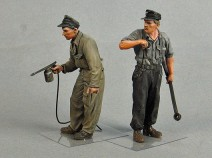 Tank T-35129 German tank crewmen (painting vechicles). Summer 1943-45. Two figures. 1/35